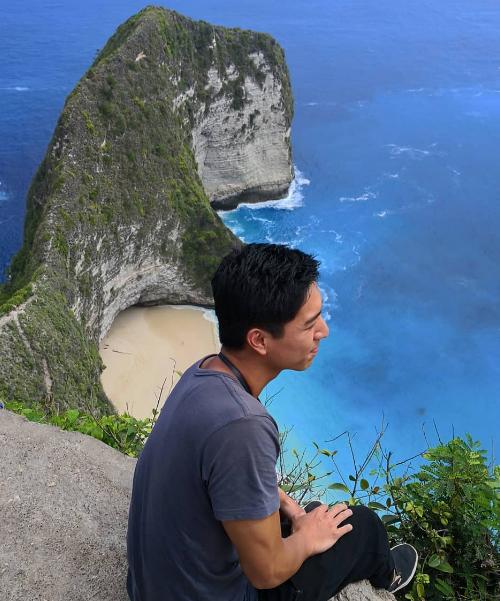 Tháng 9/2018, lần đầu tiên nam thần TVB có chuyến du lịch đến đảo Bali (Indonesia). Đây là địa điểm du lịch ưa thích của những ngôi sao Hoa ngữ, từng được nhiều cặp đôi showbiz tổ chức đám cưới. Ngô Vĩ Hào check in ở Kelingking - địa điểm hot nhất trên đảo - với một bên là vực biển, nước biển xanh biếc, một bên là dãy núi vươn ra giống nhưsống lưng khủng long.