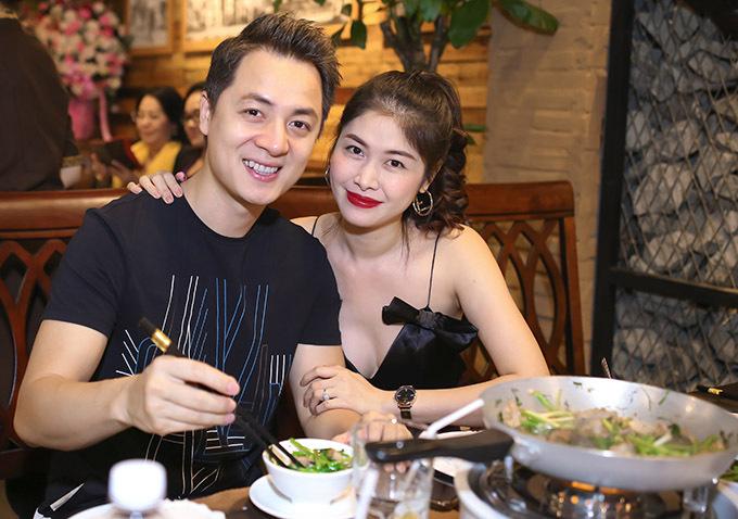 Vợ Đăng Khôi mặc váy dây khoe nhan sắc gợi cảm trong khi nam ca sĩ giản dị với áo thun, quần thể thao.