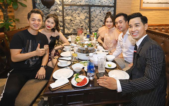 Hai cặp đôi được ông chủ Nguyên Khang đích thân phục vụ món chả cá Lã Vọng chuẩn vị Hà Nội.