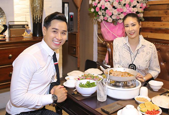 Hoa hậu Hà Kiều Anh cũng đến ủng hộ Nguyên Khang mở nhà hàng.