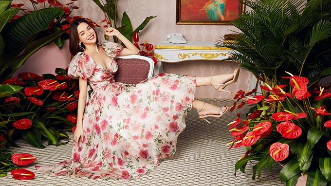 Thế kế cúp ngực của bộ váy xoè dáng công chúa trong bộ sưu tập giúp Hồ Ngọc Hà khoe được vòng một gợi cảm.