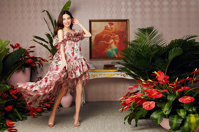 Váy oversized bèo nhún giúp bà bầu thoải mái hơn khi di chuyển. Cô từng diện thiết kế này khi cùng bạn trai, diễn viên Kim Lý, tham một bữa tiệc cùng bạn bè vào 26/5.Nghén nặng khi mang thai nhưng Hồ Ngọc Hà luôn thể hiện thần thái rạng rỡ trong suốt buổi chụp hình.