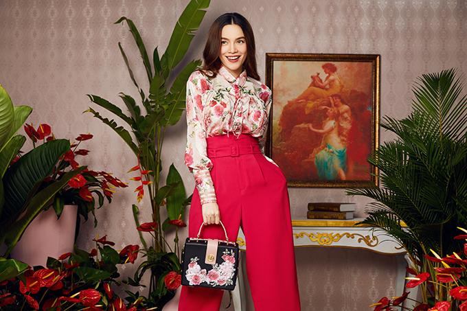Cô kết hợp quần âu dáng suông, cạp cao màu hồngfuchsia sành điệu. Túi xách cũng được cô khéo léo chọn ton sur ton với áo voan mỏng.