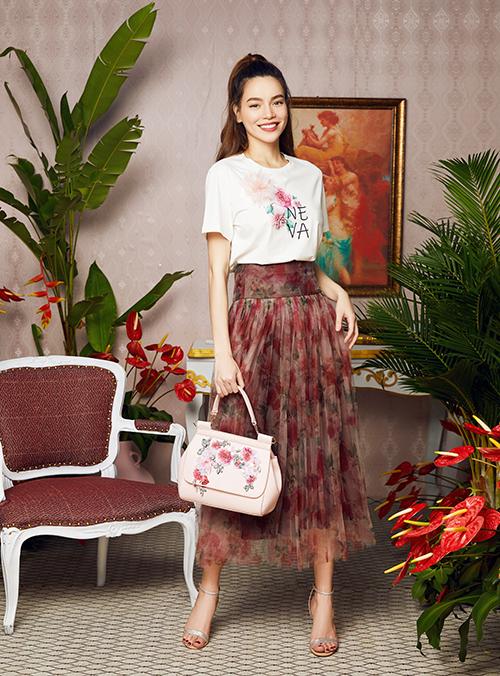 Nữ ca sĩ khoe vẻ năng động khi kết hợp áo phông in hoa với váy hoạ tiết. Màu sắc của các items tạo nên tổng thể đồng điệu.