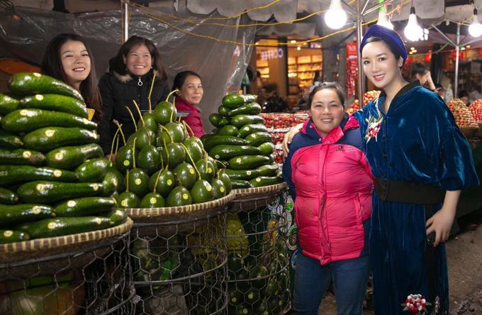 Giáng My đi chợ đêm Đà Lạt. Mùa này bơ và dâu tây rất nhiều nên người đẹp tranh thủ mua về ăn và làm quà cho bạn bè. Cô chụp ảnh kỷ niệm cùng một phụ nữ bán trái cây ở chợ.