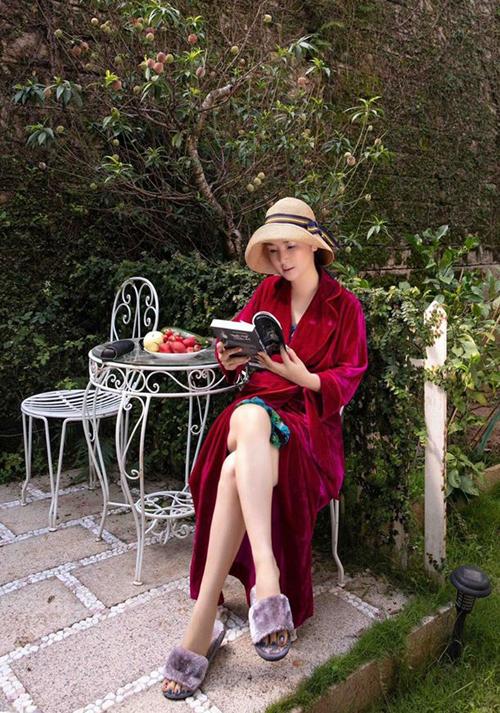 Giáng My nghỉ dưỡng tại một resort lãng mạn, đầy màu xanh. Buổi sáng thức dậy cô ra vườn ngồi uống trà, đọc sách, ngắm cây đào đang cho trái chín và thưởng thức bơ, dâu tây tươi ngon.