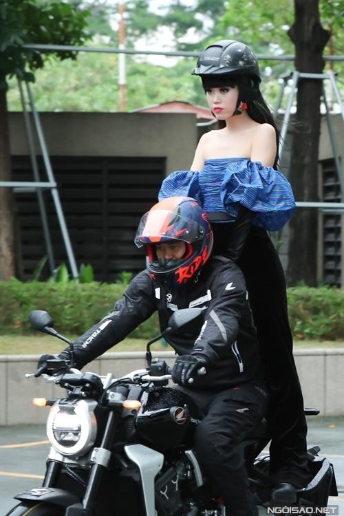 Siêu mẫu gốc Việt Jessica Minh Ánh đứng trên mô-tô tiến vào sự kiện.