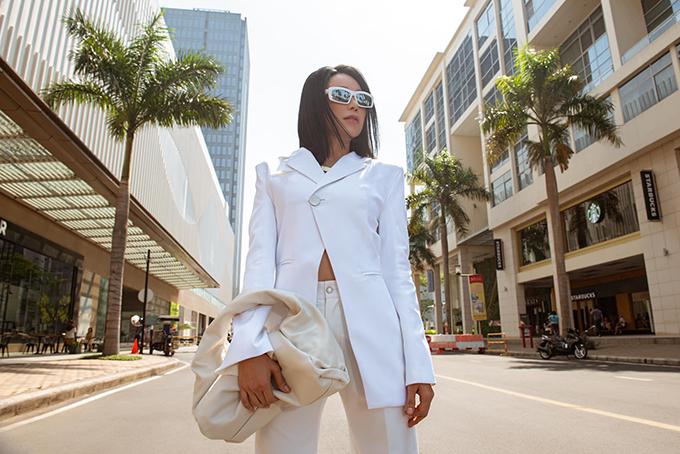 Suit biến tấu ấn tượng, phom dáng độc đáo cũng được Trà Ngọc Hằng chọn lựa để tạo điểm nhấn cho các bộ ảnh street style.