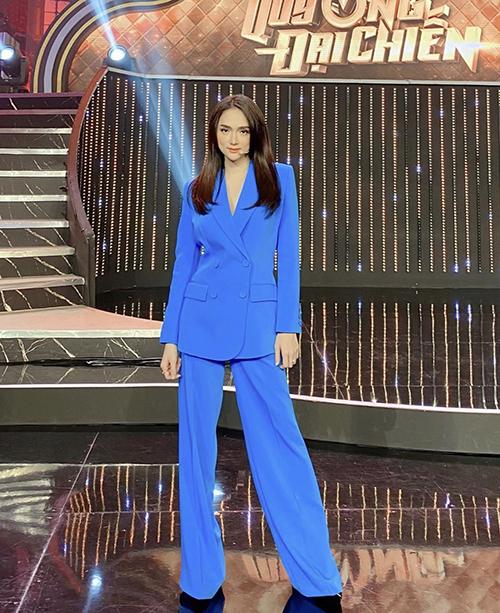 Những bộ suit màu đơn sắc, tông nổi bật, kiểu dáng hiện đại thường xuyên được Hương Giang sử dụng để tôn nét thanh lịch và hack dáng hiệu quả.