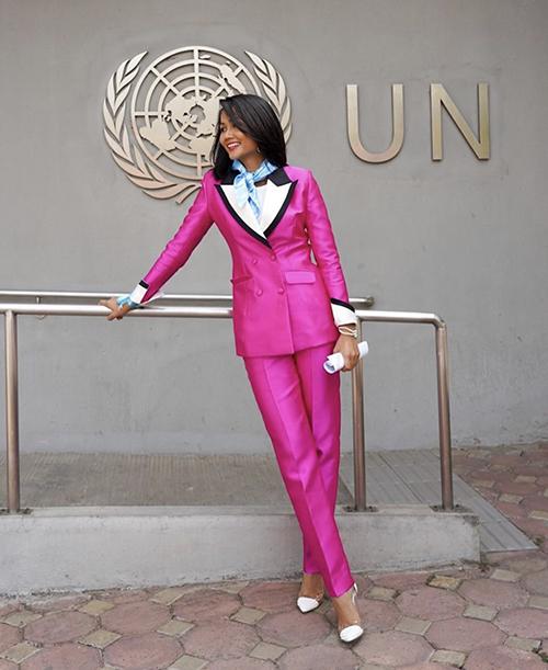 Diện suit phom hiện đại, HHen Niê khiến mình thêm trẻ trung bởi cách phối màu hồng, trắng, đen hài hoà tên từng chi tiết.