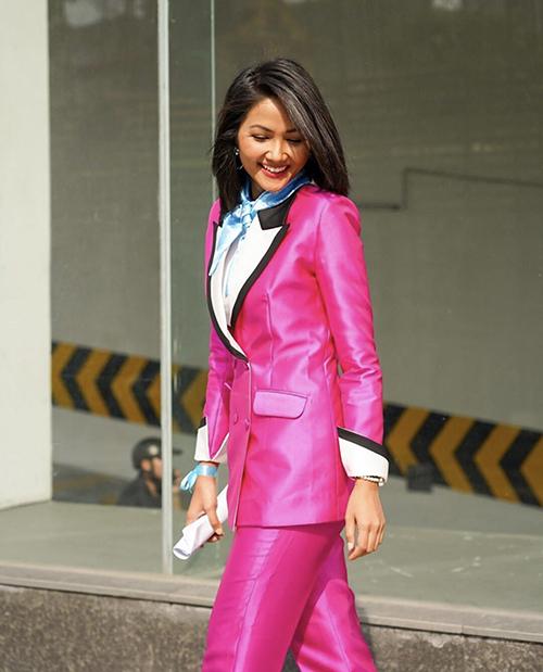Bên cạnh các mẫu trang phục tôn nét sexy và khoẻ khoắn, suit cũng là một trong những món đồ yêu thích của HHen Niê.