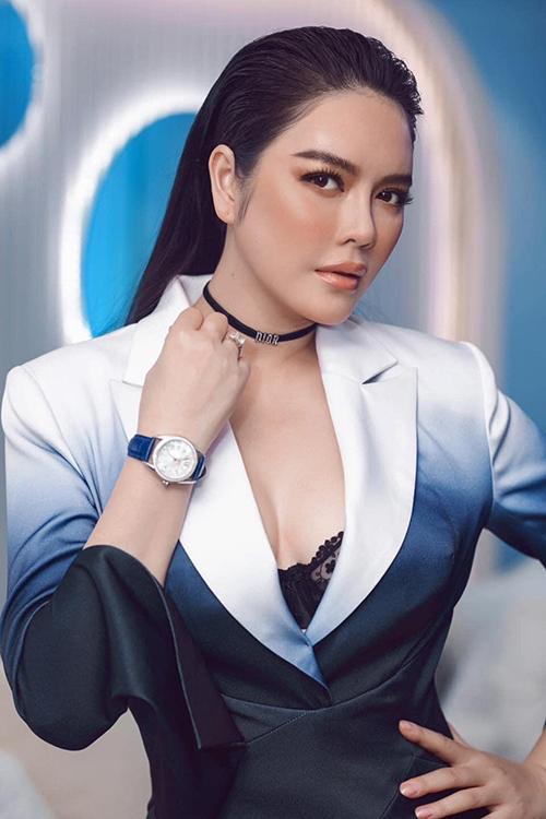 Lý Nhã Kỳ được khen ngợi xinh đẹp và sang trọng với hình ảnh nữ doanh nhân thành đạt khi chọn suit đi tham gia sự kiện.