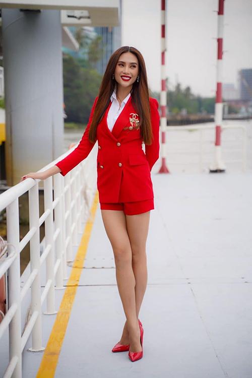 Siêu mẫu Võ Hoàng Yến tôn chân thon với cách phối áo blazer đồng điệu với short và giày cao gót.
