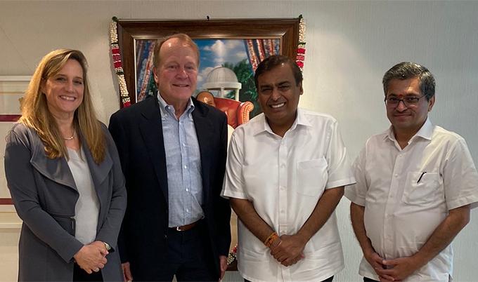 Ông Modi (ngoài cùng bên phải) và tỷ phú Mukesh (thứ ba từ trái sang)cùng các nhà đầu tư tại một hội nghị vào năm ngoái. Ảnh: Twitter.