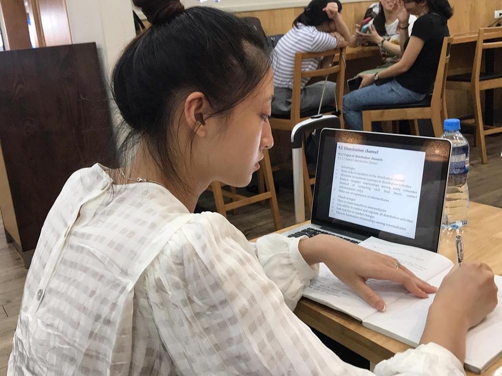 Thùy Linh học bài ngay ở sân bay.