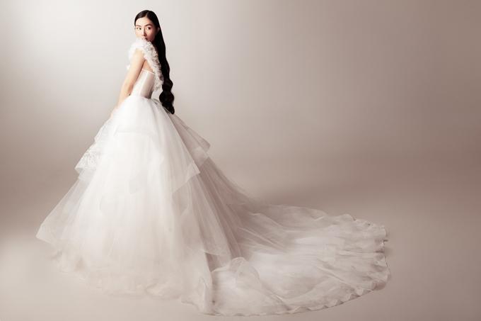 Tùng váy hiện đại có độ xòe phồng tối đa, thiết kế thông minh giúp cô dâu có thể dễ dàng chuyển tư thế, cử động mà không ảnh hưởng tới dáng váy.