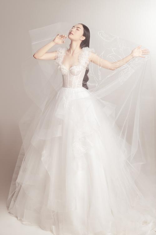 Họa tiết trên váy cưới và voan là hình bông hoa với đường may theo lối tối giản được ưa chuộng.