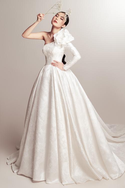 Váy cưới mang tên Mademoiselle được làm từ chất liệu gấm cao cấp nhập khẩu từ Italy. Từng mét vải váy được đo đạc, tính toán kỹ lưỡng để đáp ứng tiêu chuẩn khắt khe của dòng váy cao cấp, giúp cô dâu xuất hiện nổi bật và ghi dấu ấn, trở thành tâm điểm của tiệc cưới.