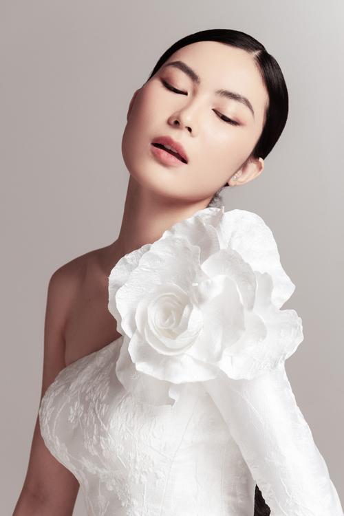 Các váy cưới cao cấp trong bộ sưu tập được áp dụng tiêu chuẩn finishing (hoàn thiện) nghiêm ngặt để giúp phác thảo trên giấy trở thành sản phẩm hoàn hảo ở từng đường kim, mũi chỉ với thời gian thực hiện mỗi chiếc ít nhất là 300 giờ.