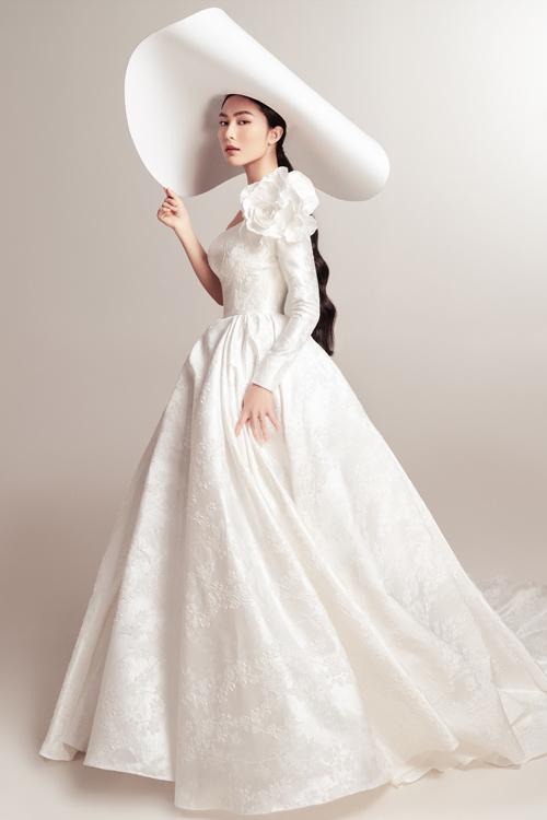 Trong một bộ ảnh thời trang, fashionista Helly Tống có dịp hóa thành cô dâu. giới thiệu váy cưới đến tân nương.Mỗi chiếc váy mà Helly mặc đều thuộc dòng váy cao cấp, được làm 100% từ các chất liệu vải ngoại nhập từ Pháp, Italy, Thổ Nhĩ Kỳ. Khi cô dâu khoác váy lên mình, bộ cánh giống như một tác phẩm nghệ thuật, giúp tôn trọn vẻ đẹp của người diện.