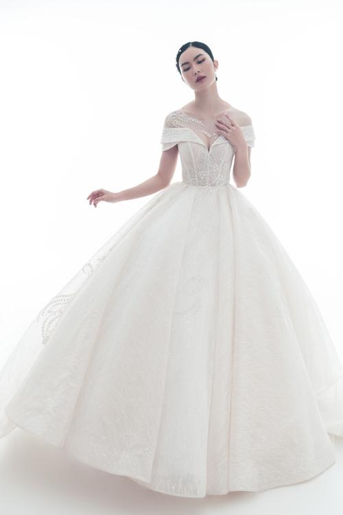 Để tôn vòng một và nhấn nơi eo, váy cưới được dựng gọng nẹp thân nhằm định hình cơ thể.