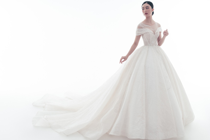 Váy Elie được thực hiện bằng công nghệ hiện đại từ Thổ Nhĩ Kỳ, tạo hiệu ứng lấp lánh, bắt sáng tối đa, tạo nên tổng thể sang trọng và tinh tế.