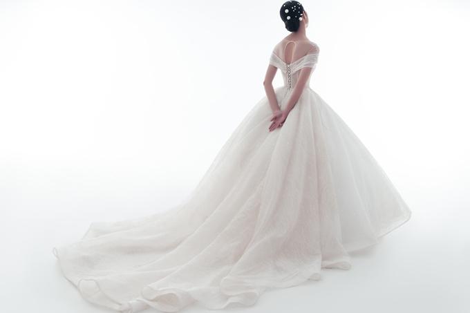 Phần đuôi váy dài thướt tha giúp từng nhịp bước của cô dâu uyển chuyển, khiến nàng hóa thành công chúa cổ tích ở lễ đường cưới.