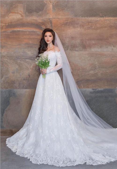 Tùng váy được thêu tay họa tiết hoa tỉ mỉ.Ảnh: Facebook Bao Thy Tran