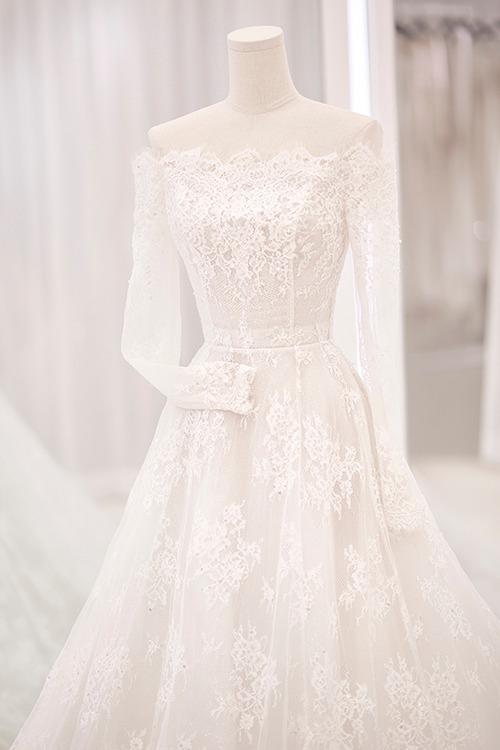 Cổ váy ngang giúp khoe khéo nét đẹp bờ vai thon, cần cổ gầy mảnh mai của cô dâu Bảo Thy.