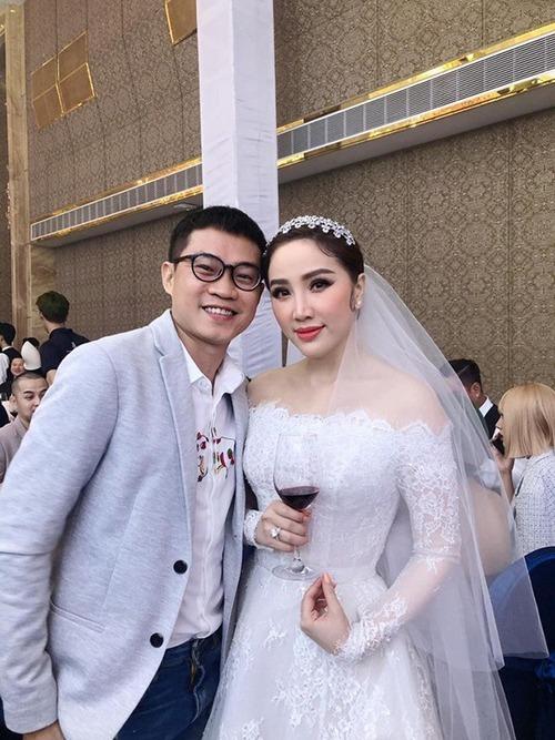 Ngoài những bức ảnh mới chia sẻ, trước đó, một tấm ảnh rò rỉ trong đám cưới cho thấy nữ nghệ sĩ cũng diện mẫu váy này để chào bàn, tiếp đón khách tại tiệc cưới.