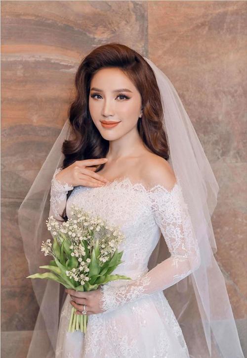 Chị làm tóc xoăn nhẹ kết hợp lúp cưới dài tối giản khi diện váy ren. Ảnh: Facebook Bao Thy Tran