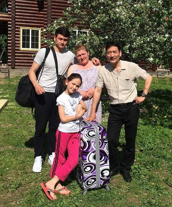 Văn Lâm chia tay gia đình để trở lại Việt Nam năm 2015.