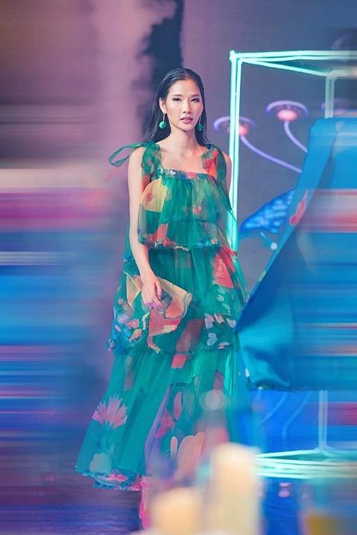 Vốn là một quán quân Next Top Model, Hoàng Thùy dễ dàng làm chủ trang phục và