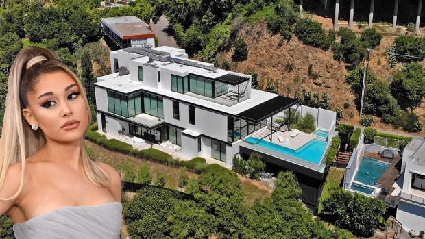 Ariana Grande vừa mua nhà mới rộng gần 1.000 m2 ở Los Angele. Biệt thự phong cách đương đại được xây xong vào năm 2018 và rao bán với giá 25,5 triệu USD. Sau hai năm, chủ đầu tư đã hạ giá bán cho Ariana Grande 13,7 triệu USD (319 tỷ đồng).