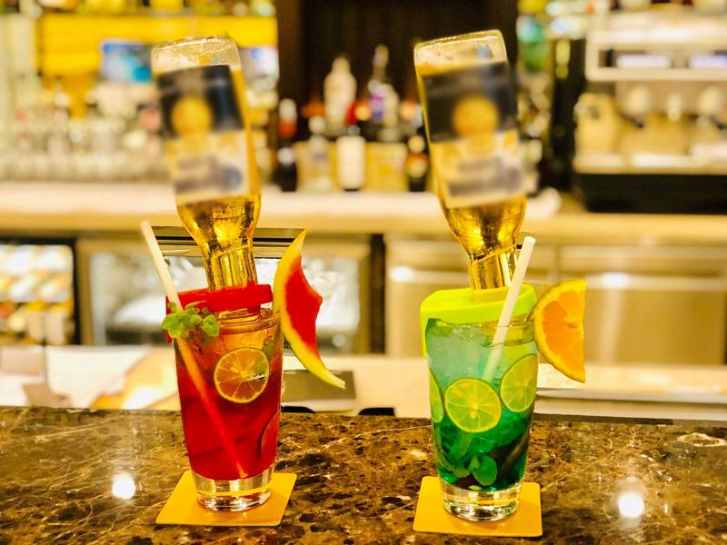 Đặc biệt, buổi tối, thực khách nênghé thăm hệ thống quầy bar sang trọng và sành điệu với những món cocktail nhiệt đới đặc trưng, được sáng tạo theo cách riêng của từng vùng miền. Vinpearltạo điểm nhấn vớiđồ uống mới mẻnhư:cocktail Upside Down Coronađộc đáo, màu sắc được săn tìm rất nhiều tại các khách sạn nội đô.