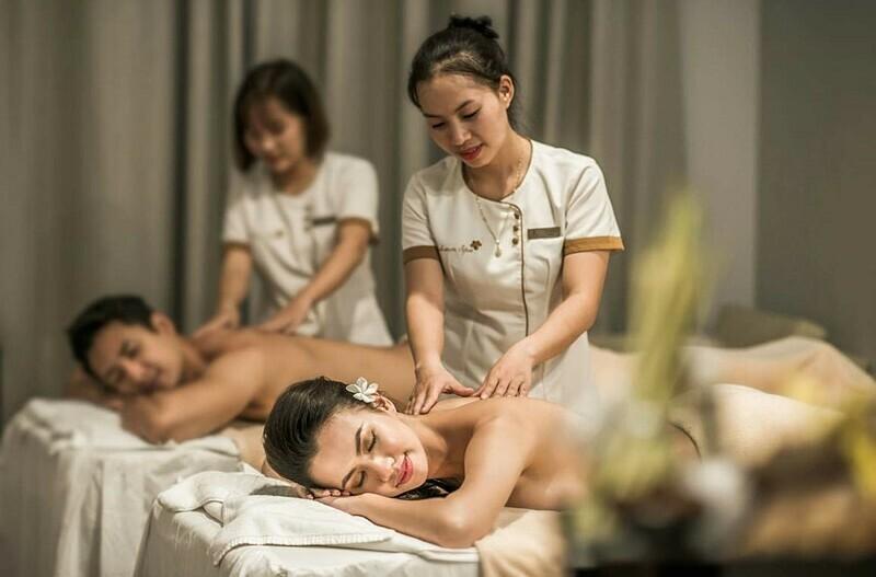 Bên cạnhnghỉ dưỡng trong không gian sang trọng, tiện ích, du khách còn có thể tìm đến các bài trị liệu massage đôi, đá nóng, massage tre...vốn làm nên tên tuổi thương hiệu Vincharm Spa để xua tan những cơn mệt mỏi với chi phí ưu đãi lên đến 30%. Vinpearl City Hotel áp dụng khuyến mại cho du khách đặt phòng trên website kéo dài đến 31/8với thời gian lưu trú đến 30/11.Với 13 khách sạn nội đô trải dài từ Bắc vào Nam (Hải Phòng, Phủ Lý, Lạng Sơn, Thanh Hóa, Hà Tĩnh, Nha Trang, Đà Nẵng, Huế, Quảng Bình, Cần Thơ, Tây Ninh), du khách khi đến với các địa danh này sẽ cócơ hội nhận ưu đãi để trải nghiệm dịch vụ xứng tầm tại hệ thống Vinpearl.