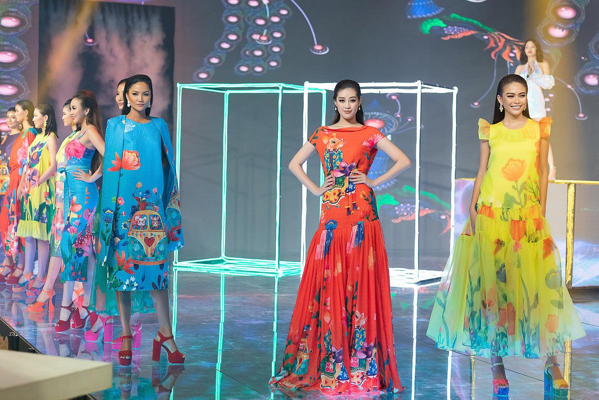 Bộ tứ hoa hậu, á hậu và các người mẫu trình diễn bộ sưu tập mùa hè của hai nhà thiết kế Vũ Ngọc & Son.