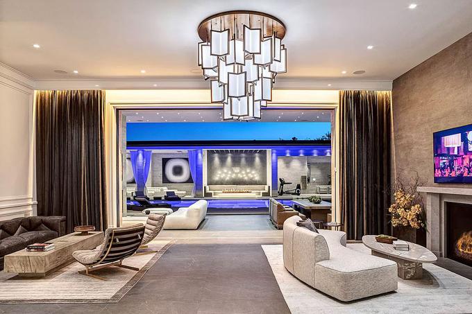 Biệt thự mới của Kylie Jenner gồm 7 phòng ngủ, 14 phòng tắm, nhà khách, bể bơi ngoài trời thiết kế như một khu nghỉ dưỡng sang trọng. Kylie vốn đang sống trong biệt thự 12 triệu USD ở Los Angeles và có nhiều bất động sản triệu đô khác.