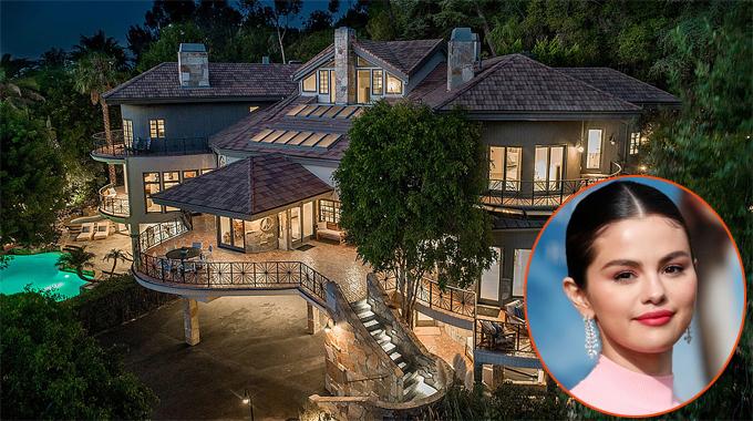 Tháng ba năm nay, nữ ca sĩ Selena Gomez trở thành cô chủ của biệt thự lộng lẫy tại khu phố giàu có Encino, quận Los Angeles. Selena mua cơ ngơi này với giá 4,9 triệu USD (115 tỷ đồng).