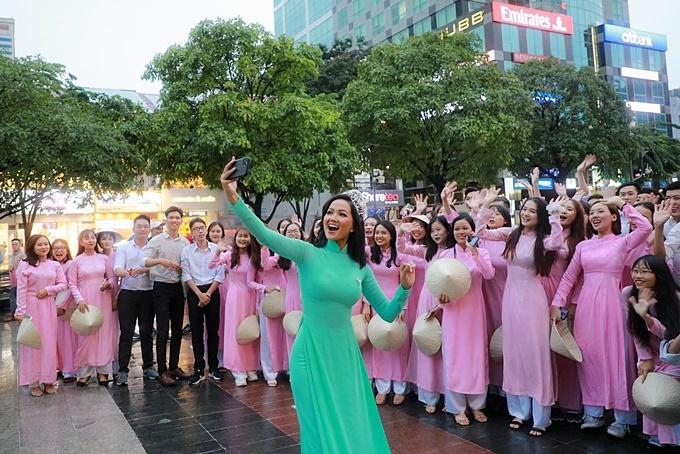 Trợ diễn cho cảnh quay là các sinh viên trường đại học Tôn Đức Thắng. H'Hen Niê thân thiện trò chuyện cùng mọi người, thỉnh thoảng cô chủ động cầm điện thoại chụp ảnh với các bạn sinh viên.