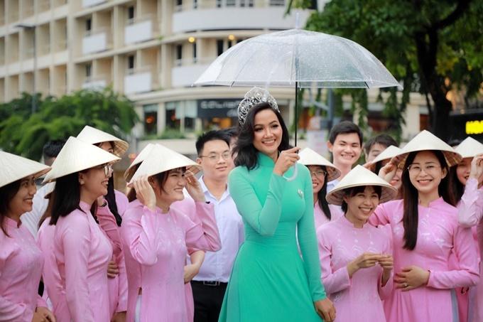 Sau khi kết thúc nhiệm kỳ, H'Hen Niê ít khi đội vương miện tham gia sự kiện. Lần này, vì quảng bá du lịch TPHCM nên cô mới lấy vương miện ra đội để phù hợp với tính chất chương trình.
