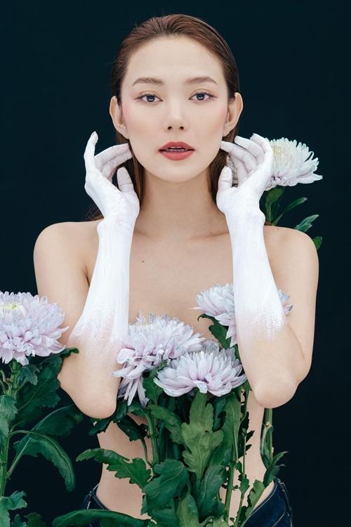 Minh Hằng sơn trắng hai cánh tay, khéo léo che vòng 1 bằng những bông hoa cúc.