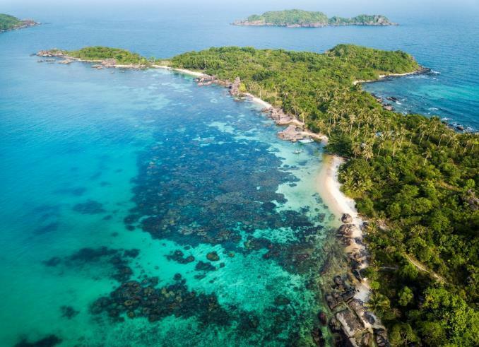 Thời tiết đẹp:Phú Quốc là vùng đảo nằmtrong vịnh Thái Lan quanh năm nắng ấm, ít chịu ảnh hưởng của bão nên du khách có thể tới đâycả bốn mùa. Thời điểm này, Nam Bộ bắt đầu bước vào mùa mưanhưng ở Phú Quốc,mưa thường chỉ chốc lát và tạnh ngay, làm dịu nắng nóng mùa hè.