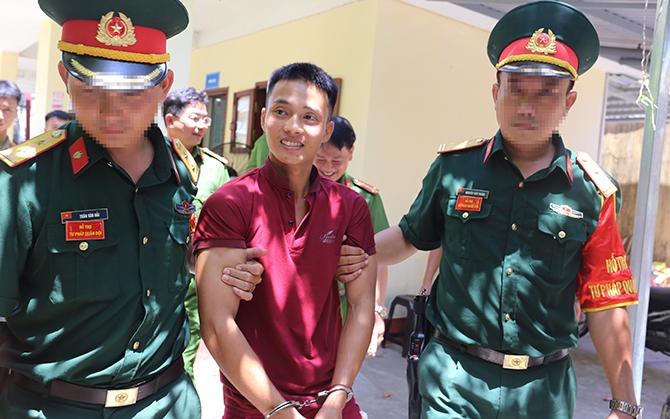 Triệu Quân Sự được lực lượng quân sự dẫn ra xe chở về trại tạm giam. Ảnh: Sơn Thủy.