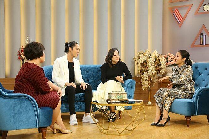 Hiền Sến và Lý Phương Châu trò chuyện cùng tiến sĩ tâm lý Tô Nhi A (ngoài cùng bên trái) và MC Ốc Thanh Vân (ngoài cùng bên phải) trong chương trình Mảnh Ghép Hoàn Hảo sẽ được phát sóng lúc 21h35 Chủ nhật ngày 21/6/2020 trên VTV9.