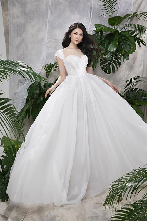 Váy Sum có phom dáng cúp ngực giúp tôn vòng một đầy đặn, thiết kế tay con trên nềnchất liệu voan lụa cao cấp Hàn giúp cô dâu hóathành công chúa cổ tích.Váy có giá bán 14,8 triệu đồng.