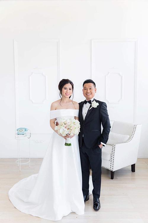 Váy biến tấu với phần cúp ngực trễ vai, có ưu điểm che bớt phần bắp tay kém thon của cô dâu. Độ xoè nhẹ của váy giúp tân nương dễ di chuyển.