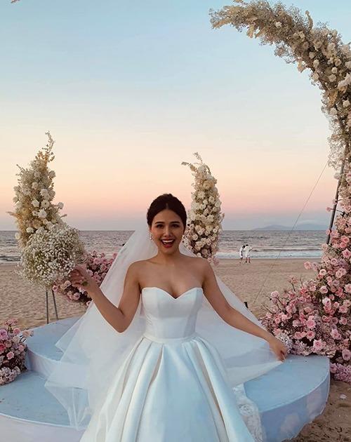 Chiều 20/6, đám cưới của diễn viên Phương Anh và chồng diễn ra trên bãi biển Đà Nẵng. Người đẹp tổ chức đám cưới riêng tư với sự góp mặt của số ít bạn bè thân thiết trong showbiz. Ảnh: Facebook Vân Thanh Nguyễn