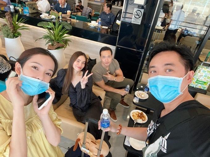 Trước đó, cặp đôi cũng tình cờ gặp Hồ Ngọc Hà và Kim Lý tại phi trường Tân Sơn Nhất khi bay từ TP HCM vào Nha Trang hôm 19/6. Hai gia đình không quên chụp vài tấm hình kỷ niệm.