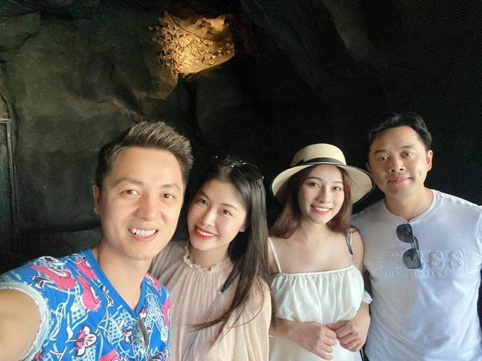 Nhạc sĩ Dương Khắc Linh cho biết hiện các hãng hàng không, khách sạn và dịch vụ đồng loạt giảm giá để kích cầu du lịch. Đây là cơ hội tuyệt vời cho những người mê khám phá như vợ chồng anh.